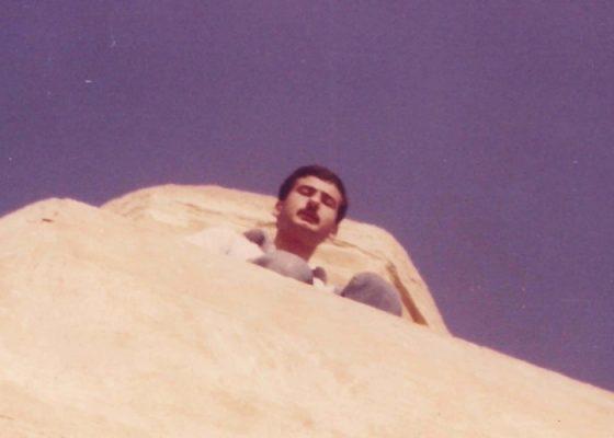 وليد عبد الحميد ، أحد سكان بلدة عانة ، يقف على المأذنة.