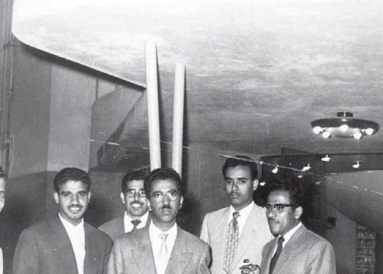 الصورة: مع التقدير لريم خورشيد. طلاب كويتيون أمام بيت الكويت في القاهرة، مصر