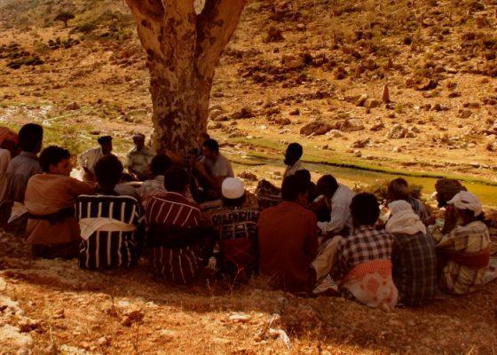 الصورة: مع التقدير لناتالي بوتز. اجتماع لجمعية المحافظة وتطوير منطقة محمية هومهيل الطبيعية في جزيرة سوقطرة, 2004.