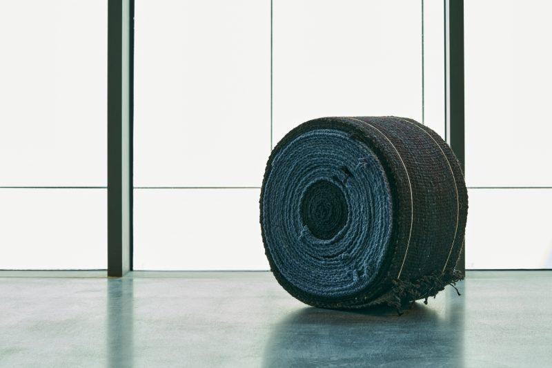 جايسون دودج, في الجوف في المملكة العربية السعودية. نسجت منوة حنيف الرويلي وشقية الرويلي مقياسًا للغزل وهو المسافة بين الأرض والغلاف الجوي ,صوف وحبل, ﻣﻊ اﻟﺘﻘﺪﻳﺮ ﻟﻠﻔ،ﺎن, مجموعة فن جميل
